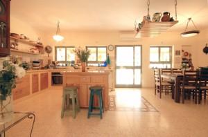 בית משפחת אשד מבט למטבח ופינת האוכל