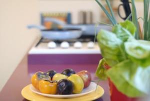 צלחת פירות במטבח משפחת אבירם