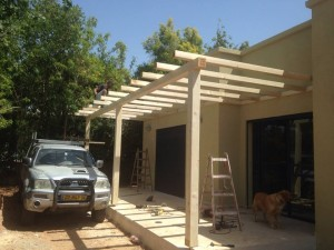 הקמת פרגולה במרפסת