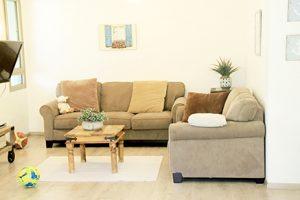 בית משפחת עוגן - מבט אל הסלון